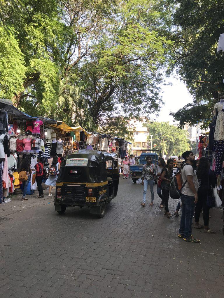 Herkesler sokaktan gidiyor. Tuktuk, arabalar, insanlar :)