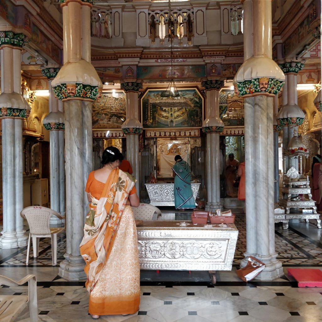 Tapınak'ta dua eden kadın