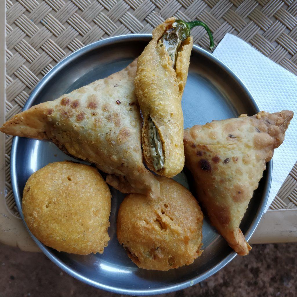 Samosa (patatesli ve masala baharatlı börek) ve kızarmış biber