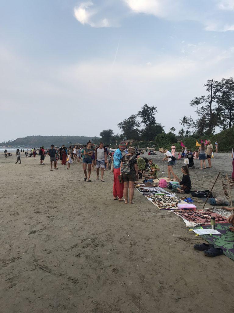 Her akşam sahilde kurulan hippi pazarı, Arambol
